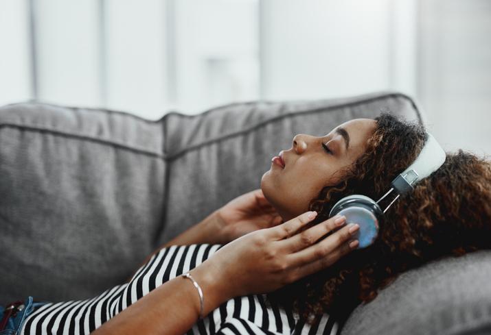 Femme couchée et écouter de la musique apaisante
