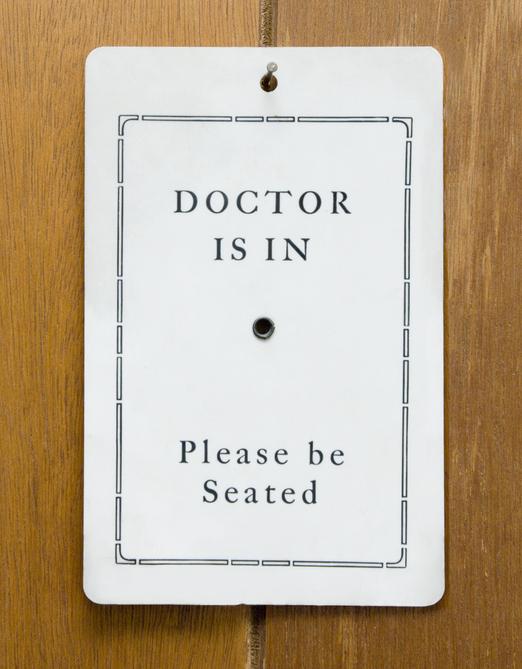 Un médecin est en signe accroché à une porte