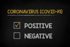 Resultados do teste de Coronavírus (COVID-19) escritos a giz em um quadro negro