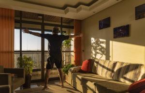 ผู้ชายกำลังกระโดดแจ็คขณะออกกำลังกายที่บ้าน