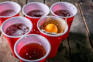 เบียร์ปิงปองเกมดื่มลูกปิงปองสาดลงในถ้วยเบียร์พลาสติกสีแดง